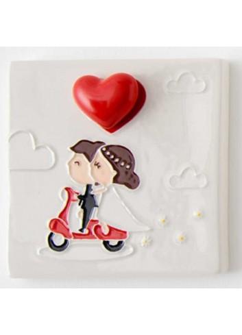 Quadretto mattonella Sposini su scooter in porcellana A7701 Eventi d'amore AD Emozioni